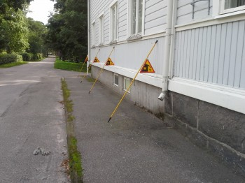 Aktas för snöras/halt Varoitus tippuvaa lunta katolta/liukasta
